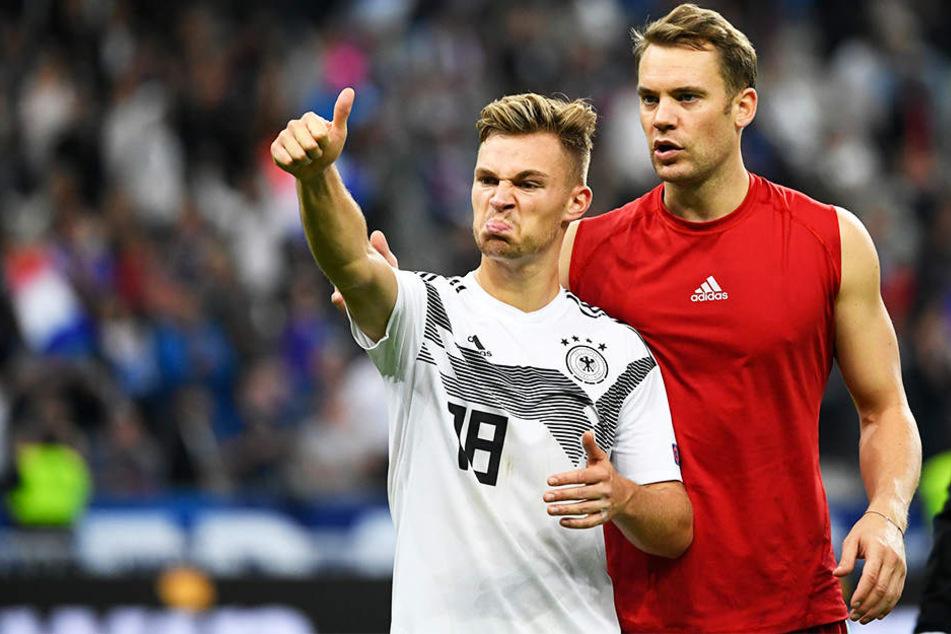 Joshua Kimmich (l.) gestikulierte nach der bitteren Pleite in Richtung der Zuschauer und musste von Kapitän Manuel Neuer (r.) beruhigt werden.