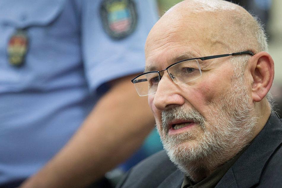 Der deutsche Rechtsextremist Horst Mahler sitzt am Mittwoch in Budapest vor Prozessbeginn im Stadtgericht.