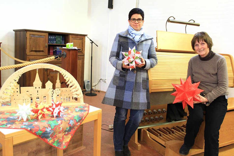 Gefängnisseelsorgerin Angela Petzold (64) und JVA-Abteilungsleiterin Claudia Ramsdorf (44, l.). Auch im Knast wird es festlich.
