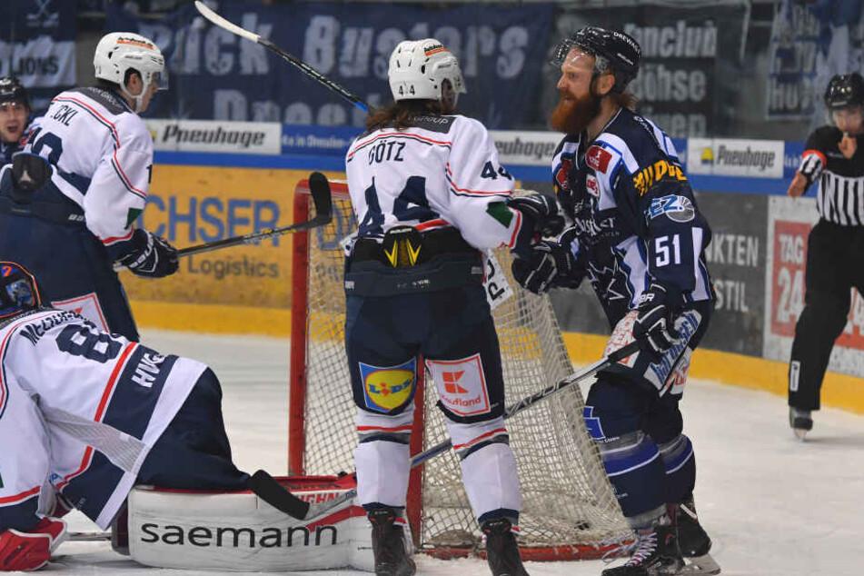 Da war die Welt noch in Ordnung: Thomas Pielmeier(51) hat gerade zum 1:0 für die Eislöwen getroffen.