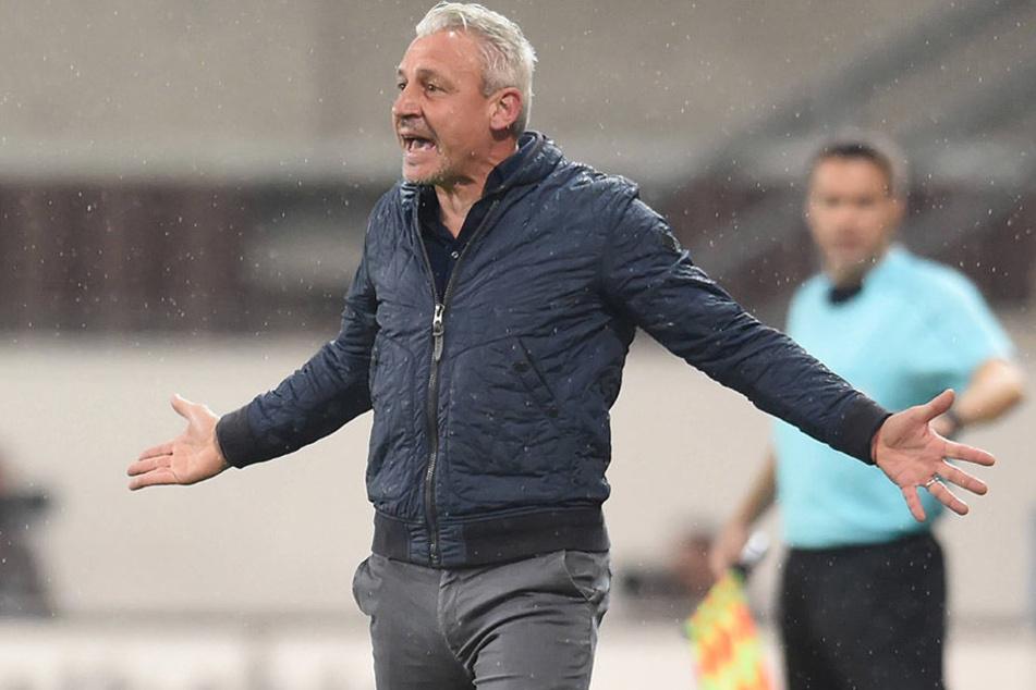 Rostocks Trainer musste in der 86. Minute mit Rot den Platz verlassen.