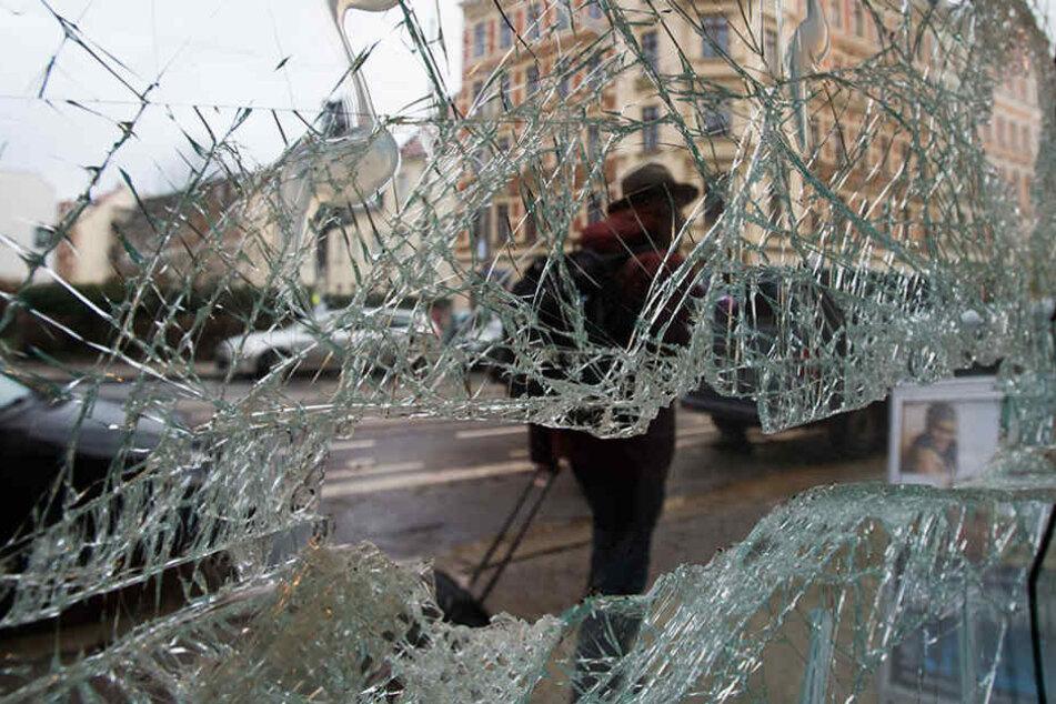 Über 200 Neonazis hinterließen im Leipziger Stadtteil Connewitz ein Bild der  Verwüstung.