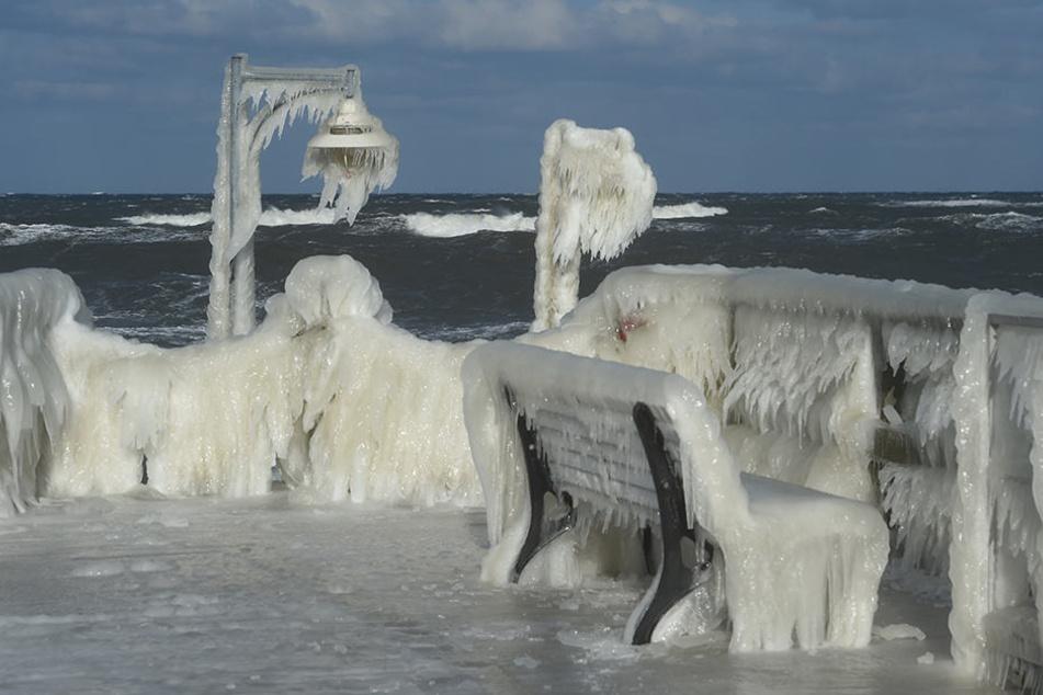 Der Frost sorgte dafür, dass ein Eispanzer die Göhrener Seebrücke überzog.