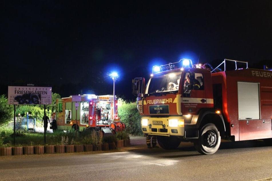 Ein Unbekannter soll einen angrenzenden Gartenzaun angezündet haben. Kurz darauf griffen die Flammen auf das Häuschen über. Glücklicherweise war die Feuerwehr schnell vor Ort, um Schlimmeres zu verhindern.