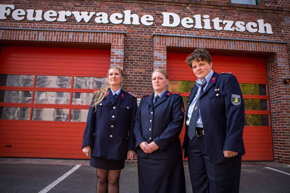 Unmöglich sehen die Uniformen der Feuerwehrfrauen aus - dagegen wehren sie sich.