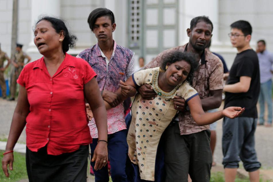 Verwandte trauern um ihre Angehörigen.