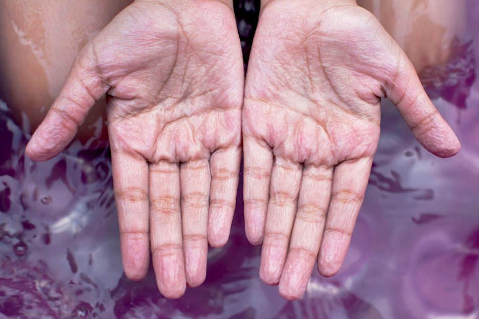 Gewusst? Darum werden unsere Hände im Wasser schrumplig!