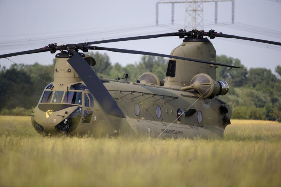 Ein Transporthubschrauber der US-Army ist am Montagmittag in einem Feld in Beerendorf bei Delitzsch notgelandet.