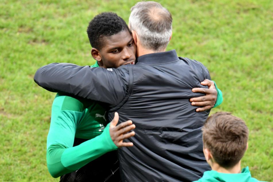 Mönchengladbachs Trainer Marco Rose umarmt Breel Embolo während des Spiels des FSV Mainz 05 gegen Borussia.