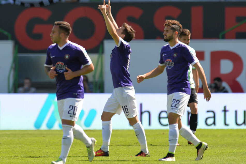 Mario Kvesic (Mitte) bedankt sich nach dem zwischenzeitlichen 1:2 für die Hilfe von oben.