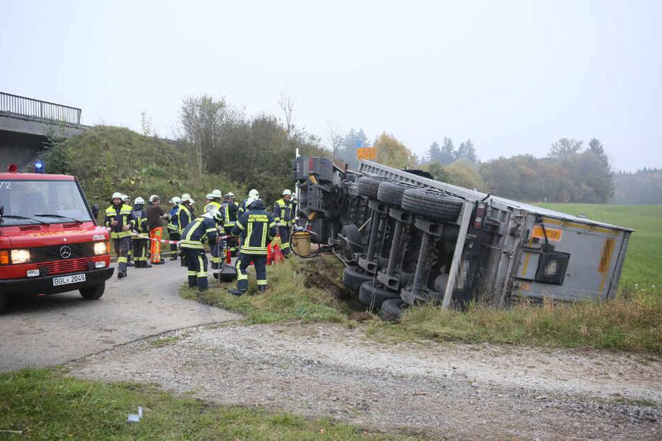 Der Lkw-Fahrer geriet mit seinem Gefährt in einen Entwässerungsgraben und kippte um.
