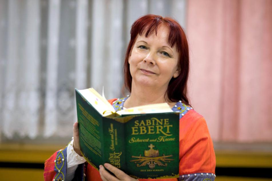 """Sabine Ebert mit dem dritten Band ihres großen Barbarossa-Epos """"Schwert und Krone""""."""