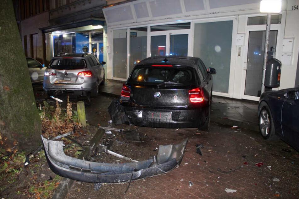 Der Unfallfahrer krachte in drei Autos und gegen ein Baum in Aachen.