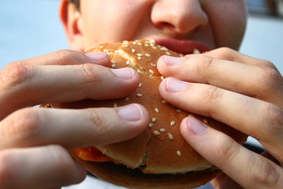 In Fast Food steckt oft der Geschmacksverstärker Glutamat. Das lässt uns oft mehr als als eigentlich notwendig essen.