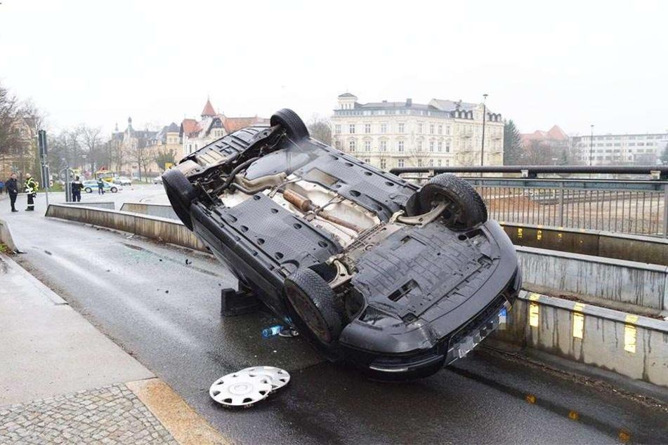 Der Fahrer konnte sich unverletzt aus seinem Wagen befreien.