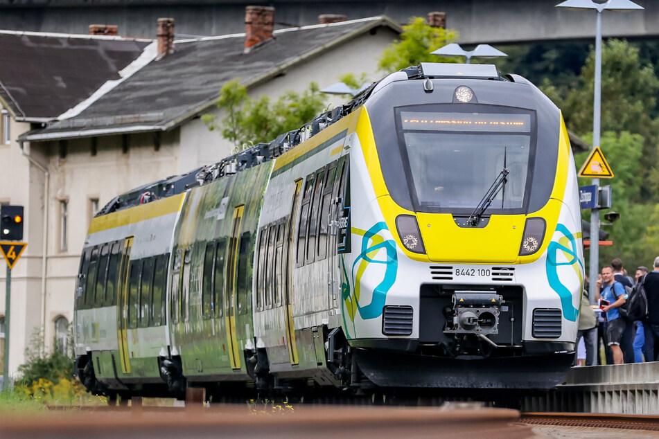 Nächste Station: Batterie-Betrieb! Aus dem Chemnitzer Hauptbahnhof rollte am Dienstag ein komplett akkubetriebener Zug nach Zschopau zum Feldversuch aus.