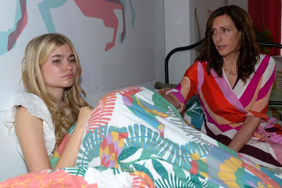 Katrin muss tatenlos mit ansehen, dass Johanna schwer unter dem Cyber-Mobbing leidet.