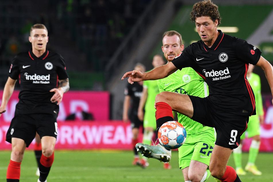 Frankfurts Torschütze zum 0:1, Sam Lammers (r), spielt gegen Wolfsburgs Maximilian Arnold.