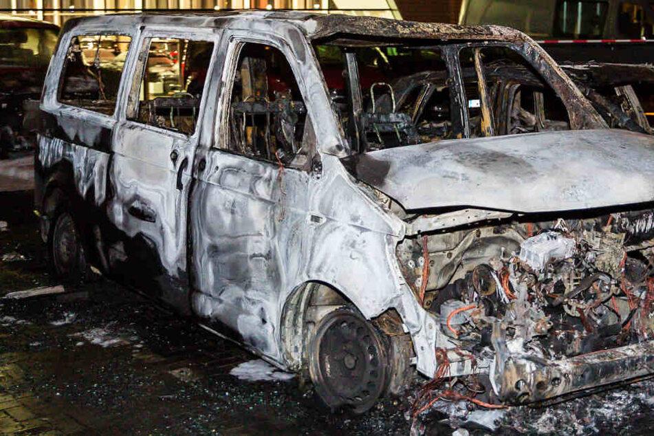 Das Foto zeigt eines der komplett zerstörten Autos.