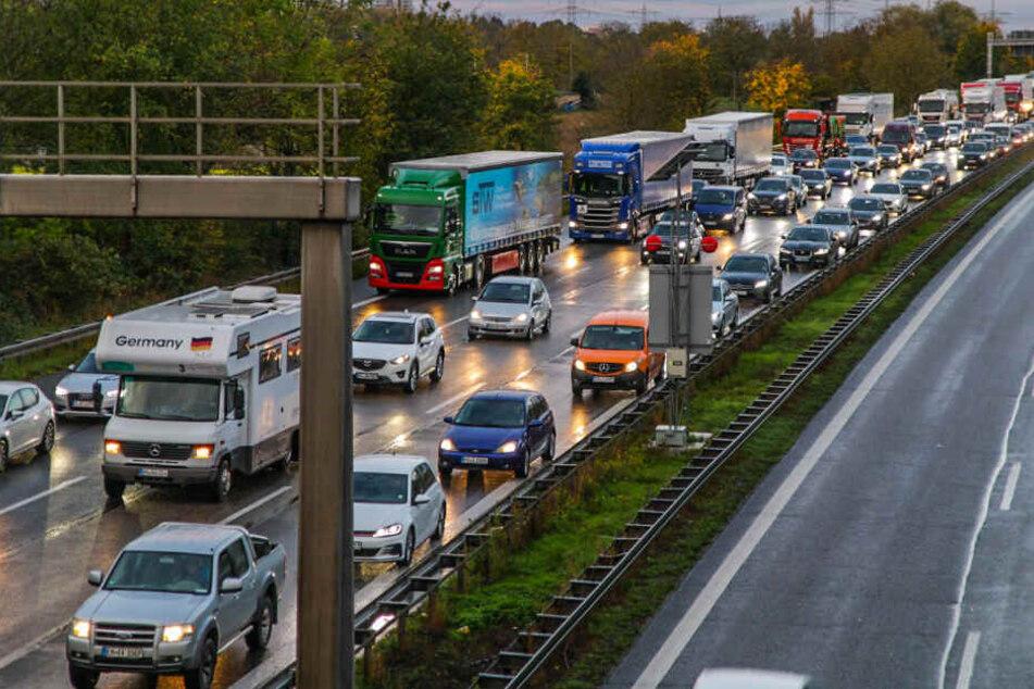 Vollsperrung auf A5 nach Lkw-Unfall: Stauchaos im Berufsverkehr