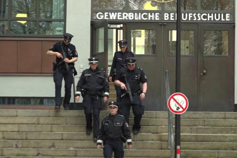 Die Einsatzkräfte verlassen das Gebäude der Berufsschule in Altona.