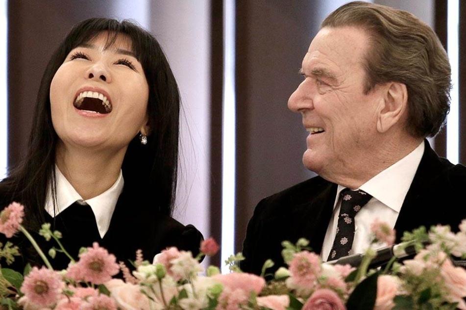 Altkanzler Schröder tritt zum fünften Mal vor Trau-Altar
