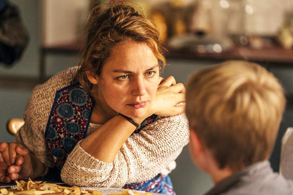 Hapes Mutter Margret (Luise Heyer) hat starke Stimmungsschwankungen und ist überfordert.