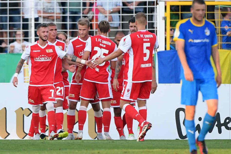 Die Spieler von Union Berlin freuen sich über einen verwandelten Elfmeter.