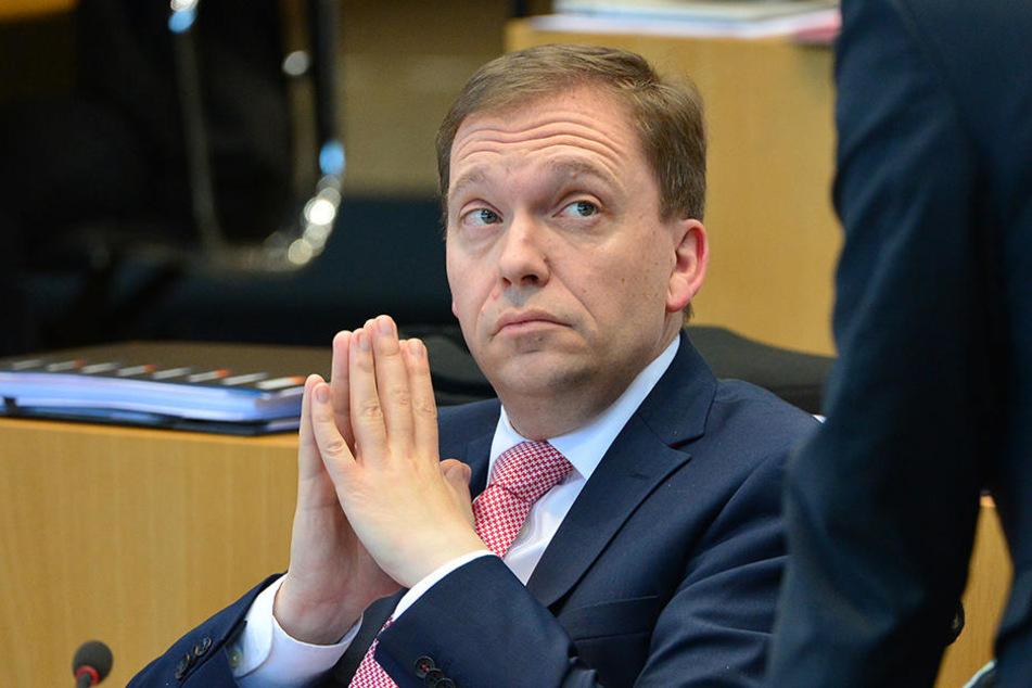 Der SPD-Fraktionsvorsitzende Matthias Hey (46) schüttelte nur mit dem Kopf über den skandalösen Abwerbeversuch.