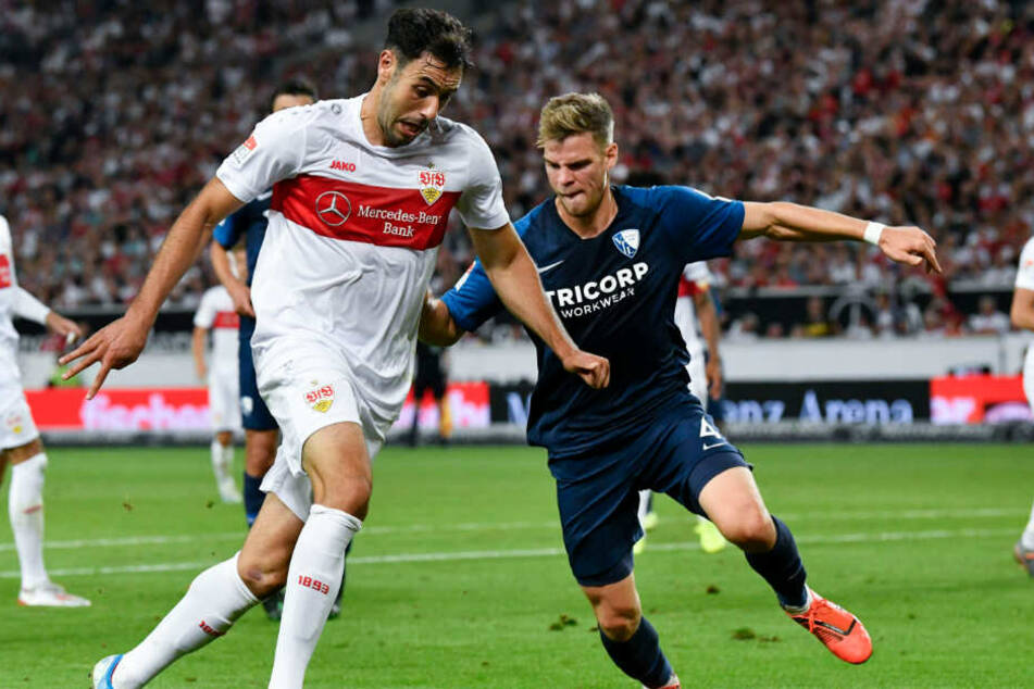 Stuttgarts Hamadi Al Ghaddioui (l) spielt gegen Bochums Simon Lorenz.