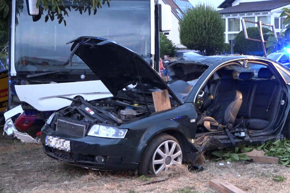 Das Foto zeigt den Bus und den Audi, die an dem Unfall beteiligt waren.