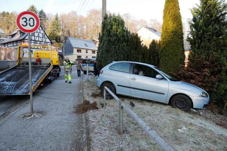 Ein Seat geriet auf der Oberfrohnaer Straße ins Schleudern und rutschte in die Böschung.