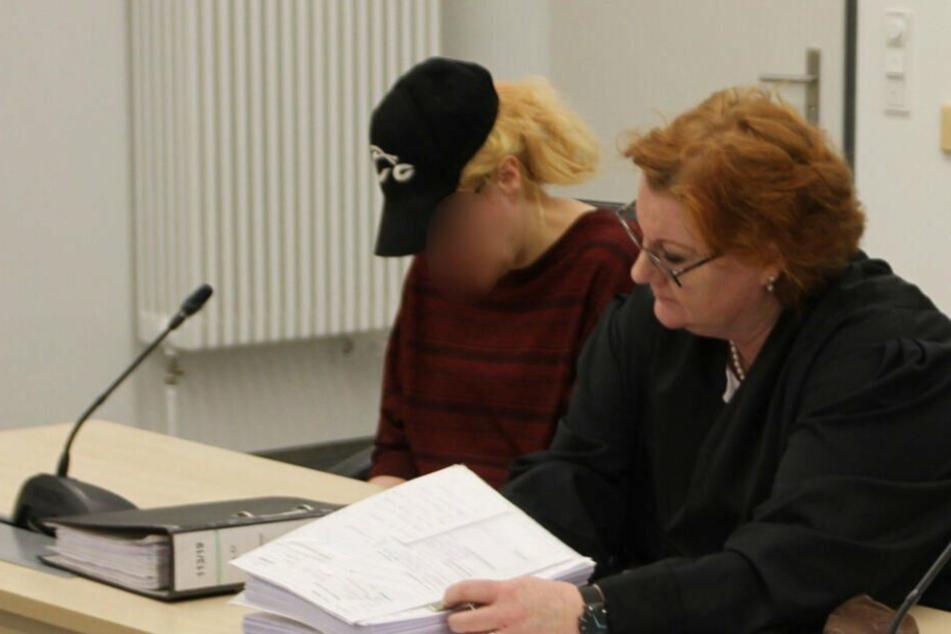 Die angeklagte Mutter sitzt neben ihrer Verteidigerin im Gerichtssaal. (Archivbild)
