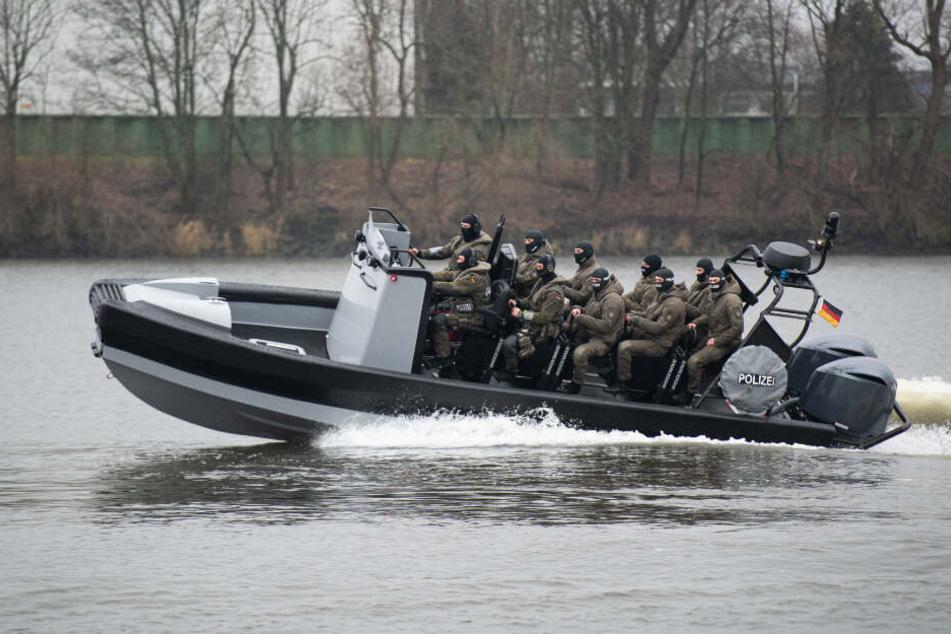 """Das SEK präsentiert zur Indienstnahme das neue Mehrzweckeinsatzboot """"LKA 24/SE""""."""