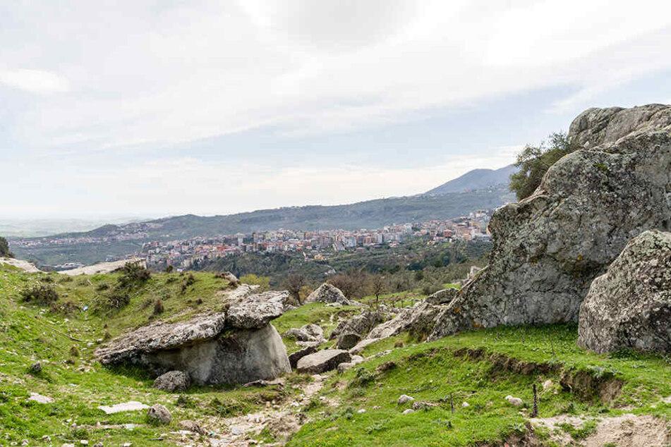 Landschaft aus Höhlen und Felsen nahe Policastro, Italien.