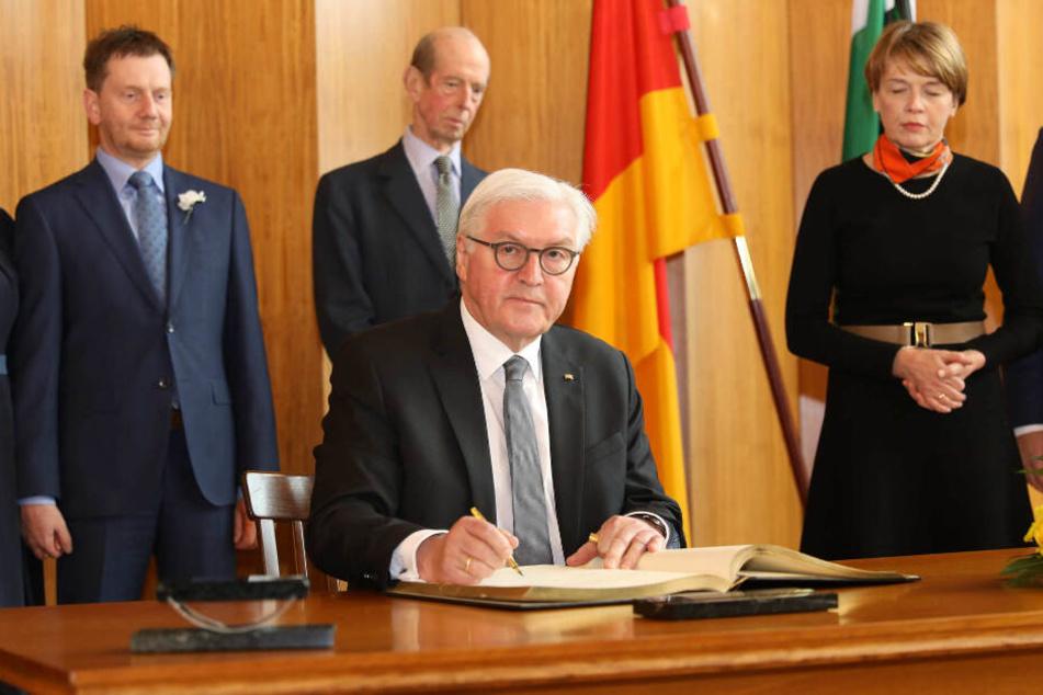 Frank-Walter Steinmeier (64, SPD) trägt sich ins Goldene Buch der Stadt Dresden ein.