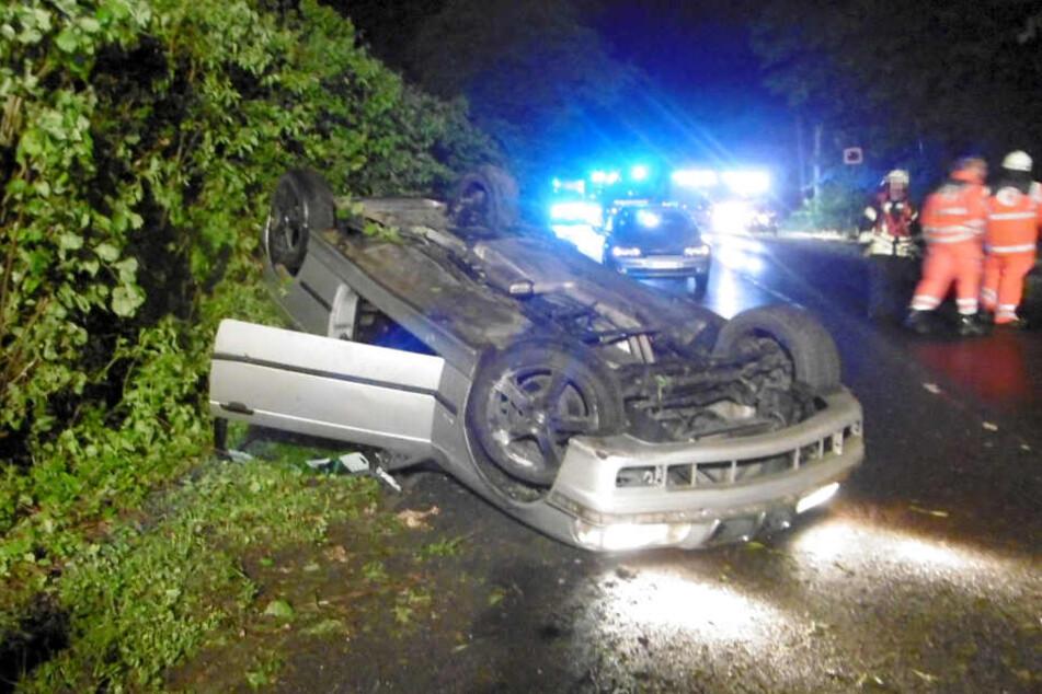 Nach dem Unfall mit seinem Wagen flüchtete der Fahrer.