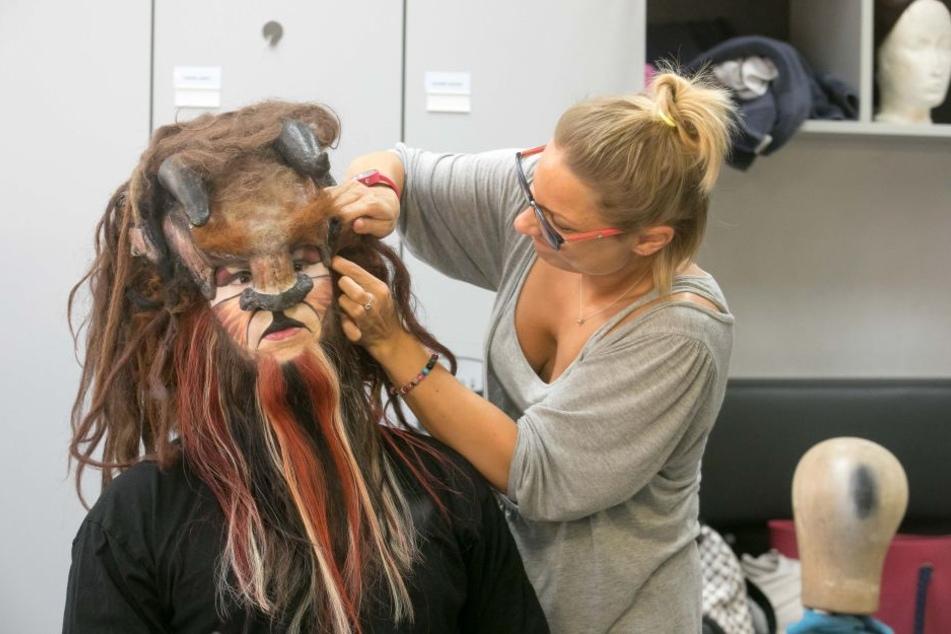 Letzte Handgriffe der Maskenbildnerin sorgen dafür, dass auf der Bühne auch  ja nichts verrutscht.