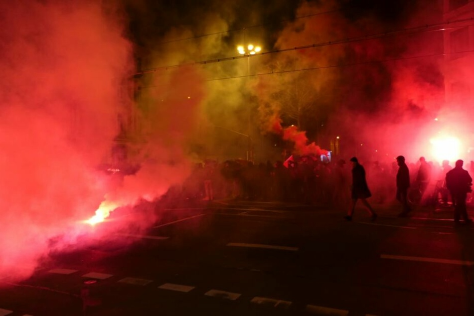 Böller und Raketen warfen die Demo-Teilnehmer in Richtung der Polizei.