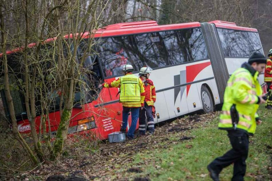 Der Bus rutschte in einen Graben.