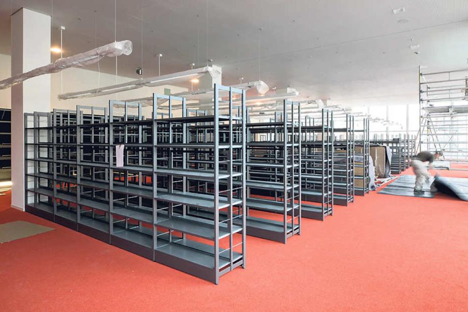 Etwa 1000 Regalmeter für Bücher stehen im Kulturpalast bereit. Am 29. April  soll die Bibo wiedereröffnen.