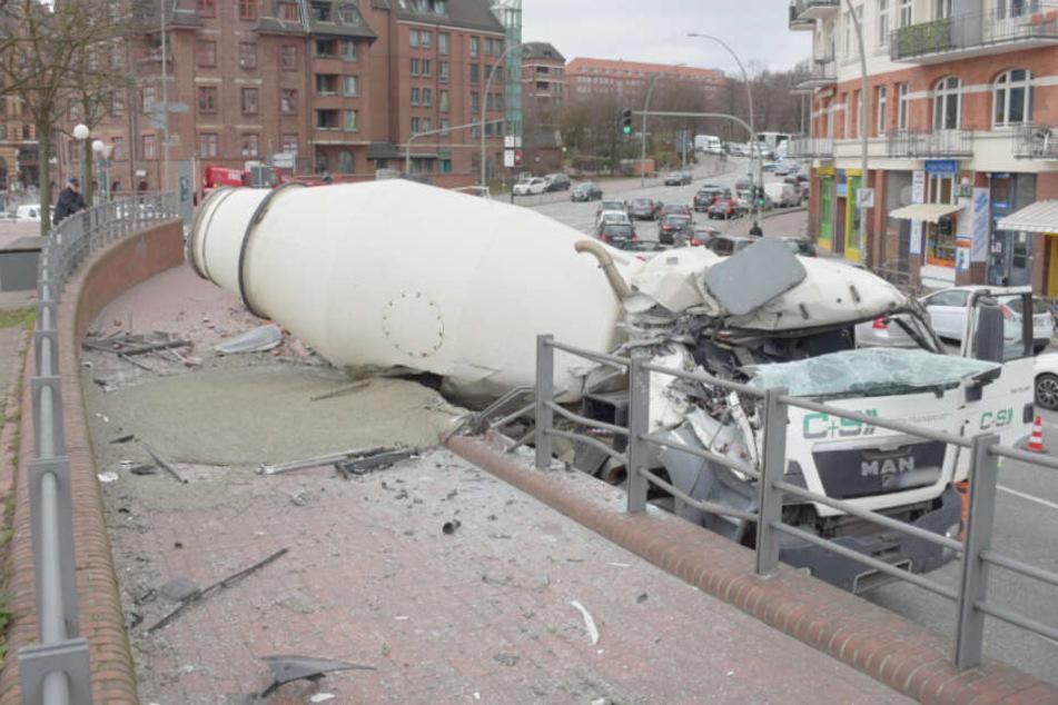 Betonmischer kracht am Hamburger Fischmarkt in Mauer