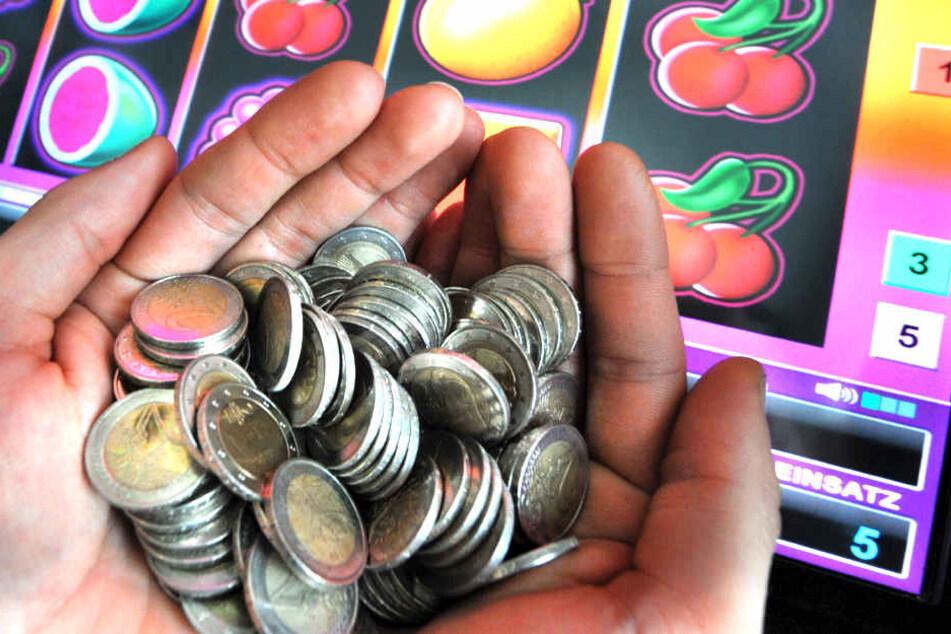 """Dunja Hayali steht in der Kritik, weil sie auch für die """"Glücksspiel-Industrie"""" moderierte."""