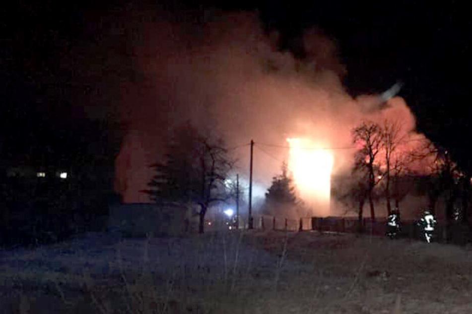 Fachwerkhaus brennt komplett ab: Feuerwehr stundenlang im Einsatz