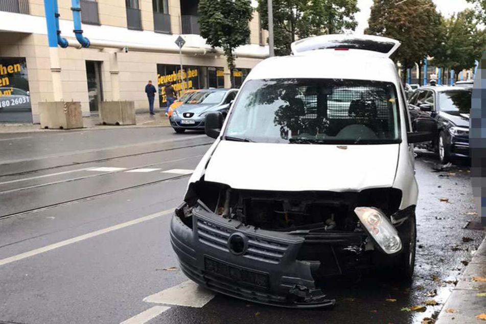 Überall Teile! Böser Unfall vorm Zwinger in Dresden