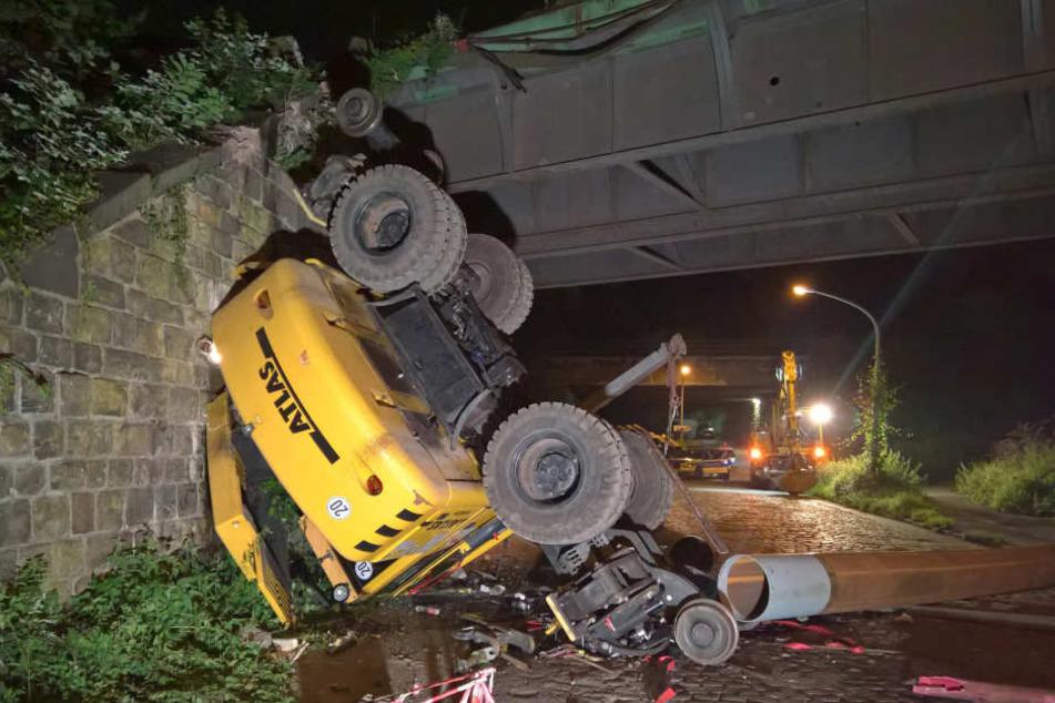 Der Bagger flog von der Brücke nach unten.