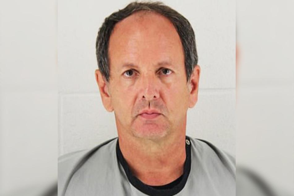 Der Lehrer James Loganbill (58) wurde während der Ermittlungen inhaftiert.