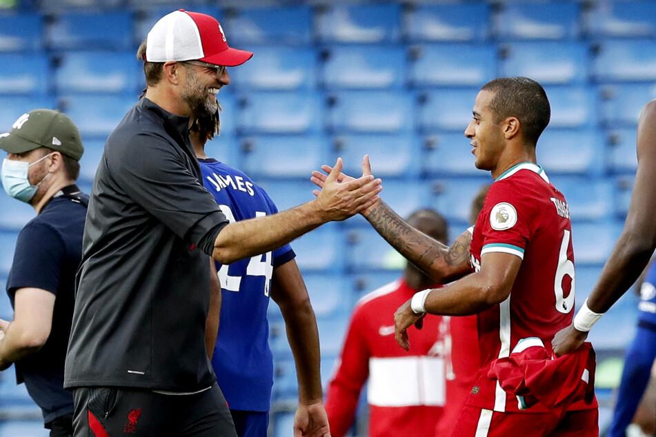 Thiago Alcantara (29, r.) ist nach seiner Knieverletzung bei Jürgen Klopp (53, v.-l.) im Mittelfeld des FC Liverpool gesetzt.