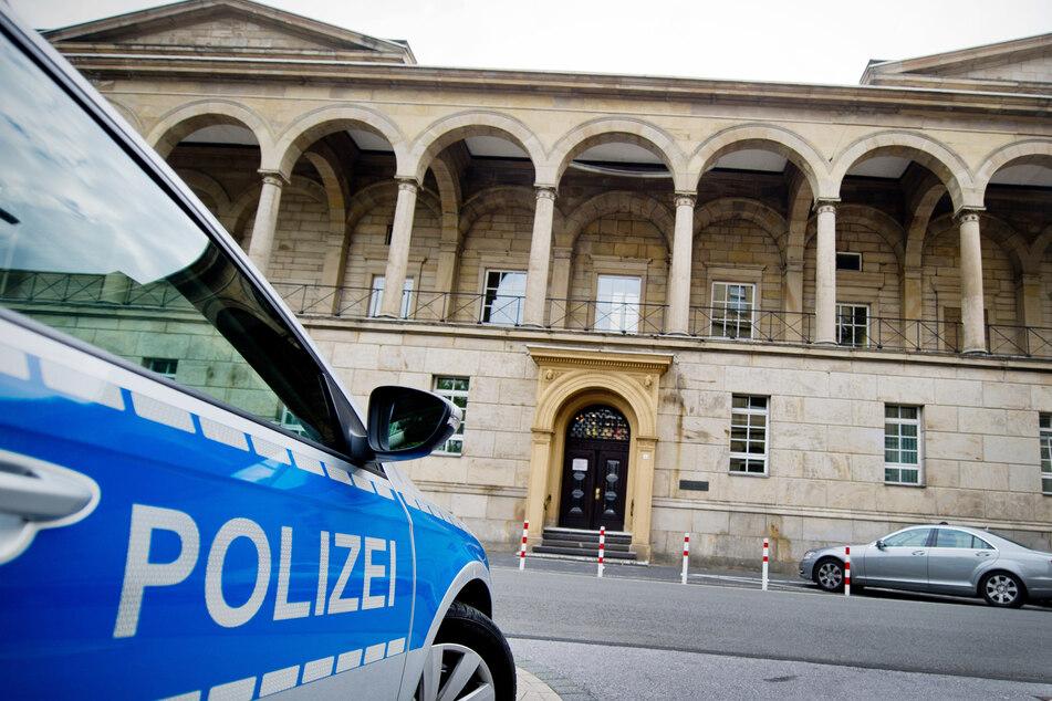 Beim Prozessauftakt vor dem Wuppertaler Landgericht hat ein 43-Jähriger gestanden, seine von ihm getrennt lebende Ehefrau umgebracht zu haben (Archivbild).
