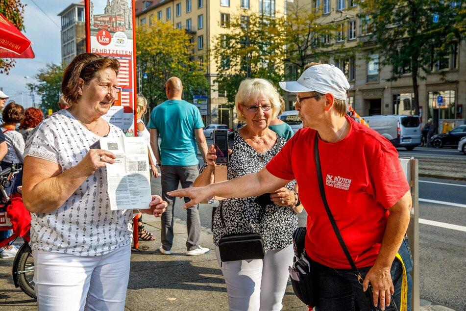 """Karina Peters (56, l.) kontrolliert die Fahrgäste der Dresdner """"Roten Doppeldecker"""" gemäß der 3G-Regel."""
